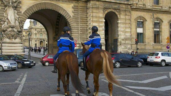 Deux policiers à cheval à Paris - Sputnik France