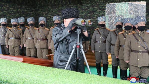 North Korean leader Kim Jong-un looks into binoculars during a missile test. - Sputnik France