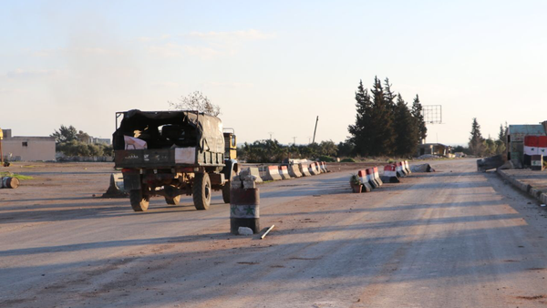 Sur une route de Saraqeb, dans le gouvernorat d'Idlib en Syrie - Sputnik France