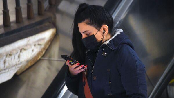 Жители Москвы в медицинских масках в метро - Sputnik France