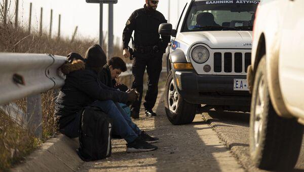 Arrestation de deux hommes qui ont tenté de franchir illégalement la frontière par la police à Marasia, Evros, à la frontière gréco-turque, à la suite d'une décision du gouvernement turc de ne pas empêcher les flux de réfugiés de pénétrer en Europe, Grèce, le 3 mars 2020. - Sputnik France