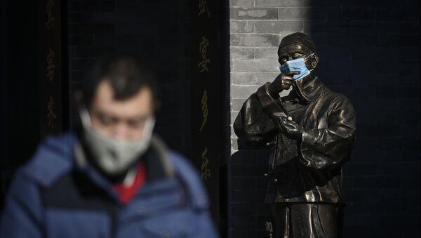 Статуя в маске в Пекине, Китай - Sputnik France