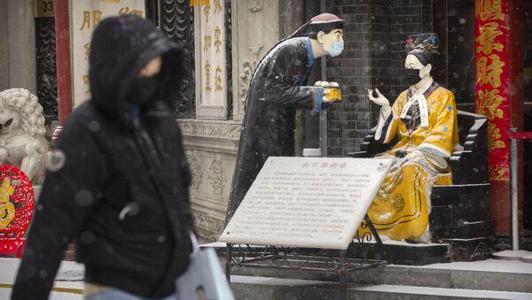 Статуи в защитных масках в Пекине - Sputnik France