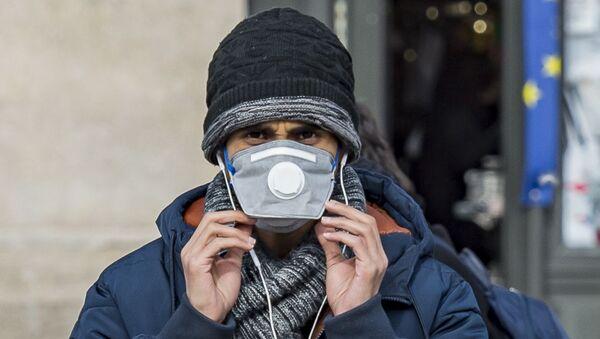 Un homme portant un masque médical (image d'illustration) - Sputnik France