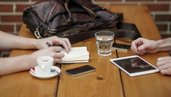 Des smartphones sur une table - Sputnik France