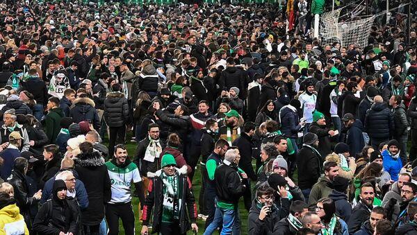 Une foule de supporters envahit le stade de Saint-Étienne  - Sputnik France