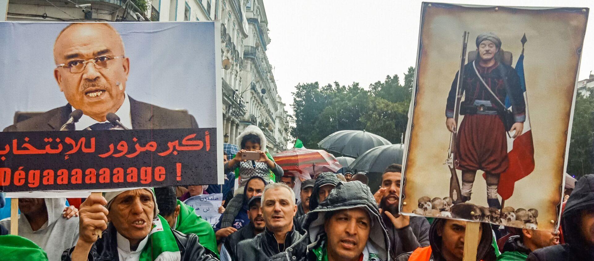Des Algériens brandissent des pancartes contre l'ancien Premier ministre Ahmed Ouyahia. - Sputnik France, 1920, 06.03.2020