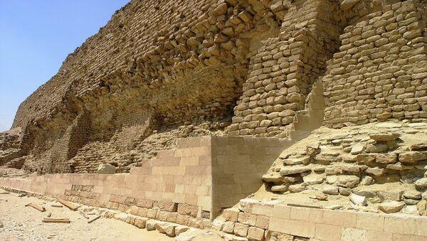 Saqqara - Pyramid of Djoser - oblique view of partially restored wall - Sputnik France