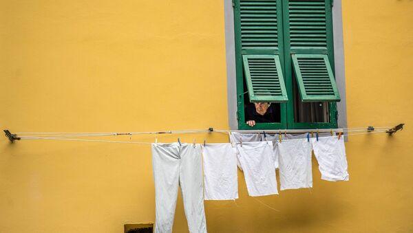 Une signora italienne regarde par la fenêtre - Sputnik France