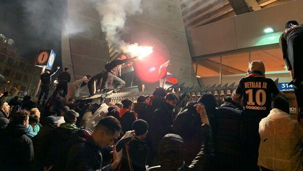 Les supporters du PSG célèbrent autour du stade, 11 mars 2020 - Sputnik France