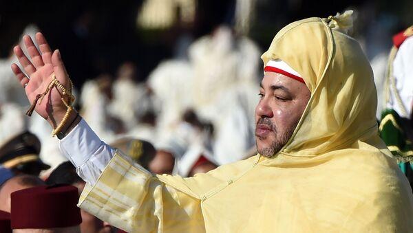 Le roi du Maroc Mohammed VI saluant la foule devant le palais royal de Rabat. - Sputnik France