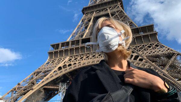 Une femme portant un masque au pied de la Tour Eiffel - Sputnik France
