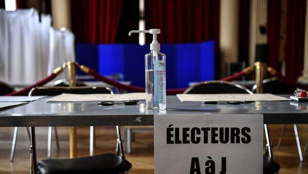 Un flacon de gel hydroalcoolique dans un bureau de vote. - Sputnik France