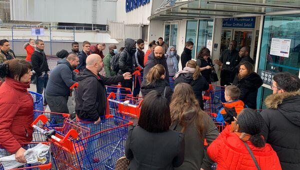 Une longue file d'attente se forme devant un hypermarché à Créteil - Sputnik France