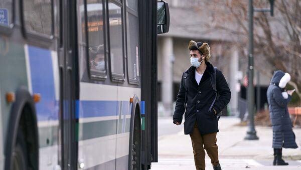Un homme en masque dans l'Ontario - Sputnik France