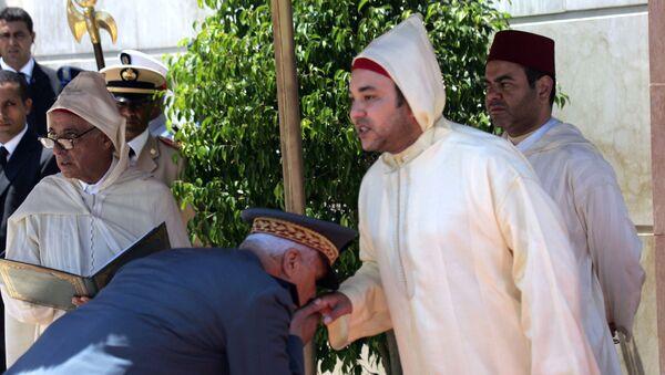 Le roi du Maroc Mohammed VI tend sa main à baiser au général Housni Ben Slimane. - Sputnik France