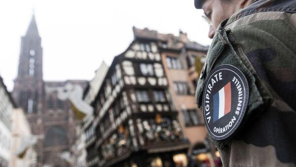 Un soldat français lors de l'Opération Sentinelle devant la Cathédrale Notre-Dame à Strasbourg - Sputnik France