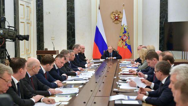 Президент РФ В. Путин провел совещание с членами правительства РФ - Sputnik France