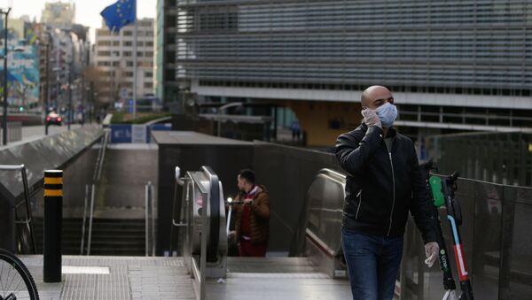 Un homme portant un masque de protection sort de la station de métro devant le bâtiment de la Commission européenne à Bruxelles, le 17 mars 2020. - Sputnik France