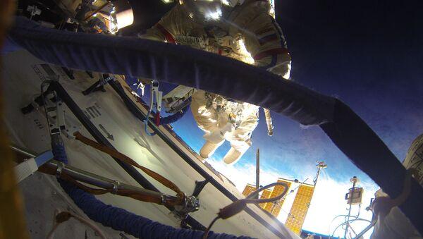Un cosmonaute russe effectue une sortie extravéhiculaire - Sputnik France