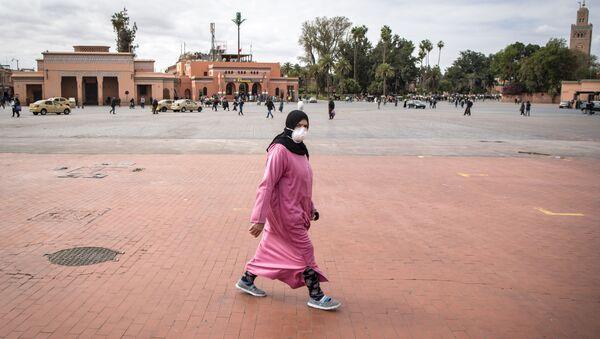 Une Marocaine traverse la place Jemaa el-Fna à Marrakech, désertée à cause de la pandémie de coronavirus. - Sputnik France