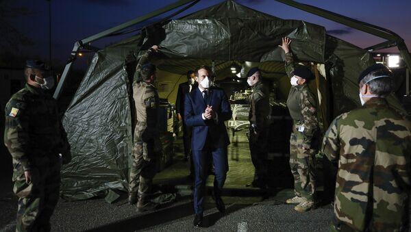 Le président Emmanuel Macron porte un masque durant sa visite à l'hôpital miliaire de Mulhouse, 25 mars , 2020. - Sputnik France