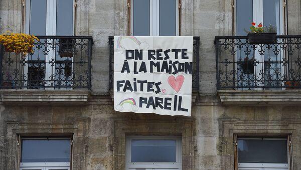 Плакат с надписью Мы остаемся дома, вы тоже оставайтесь на балконе во Франции  - Sputnik France