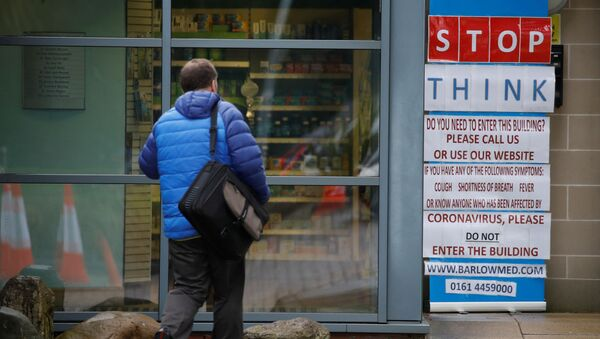Предупреждение на стене медицинского центра в Великобритании  - Sputnik France