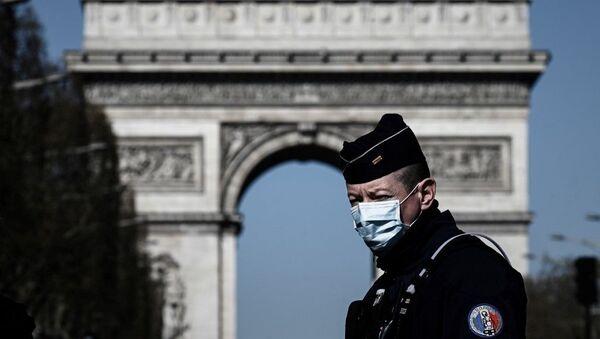 Policier portant un masque de protection - Sputnik France