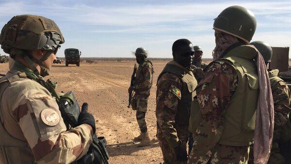 Des soldats maliens et des soldats de la force Barkhane au Mali. - Sputnik France