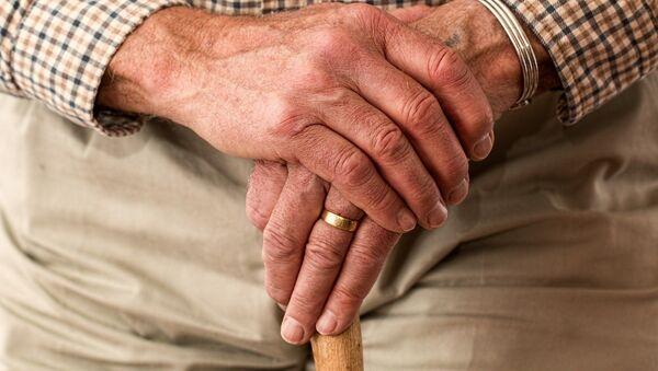 Mains d'une personne âgée - Sputnik France
