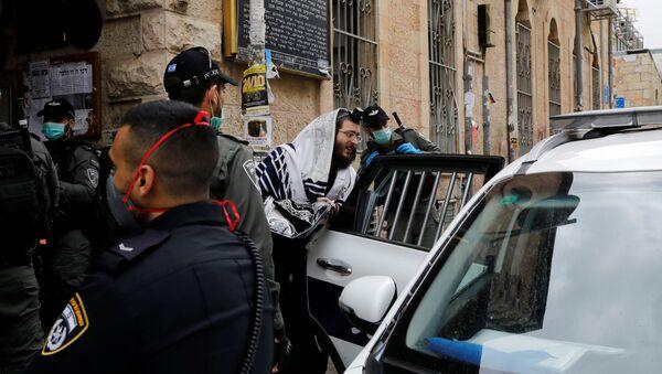 Un juif ultra-orthodoxe détenu par la police israélienne à Jérusalem en application des règles de confinement imposées par le gouvernement à la population - Sputnik France