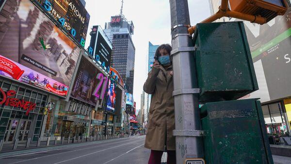 Une femme portant un masque à New York - Sputnik France