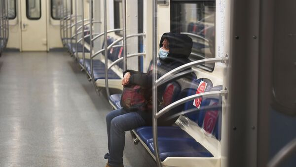 Un passager du métro de Moscou portant un masque - Sputnik France