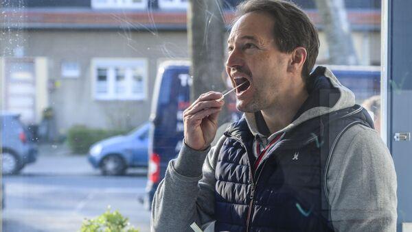 En Allemagne, un homme effectue lui-même son prélèvement pour se tester. - Sputnik France