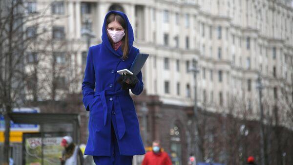 Une femme portant un masque de protection à Moscou - Sputnik France
