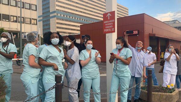 Les ambulanciers rendent hommage au personnel soignant à l'hôpital Henri-Mondor de Créteil - Sputnik France