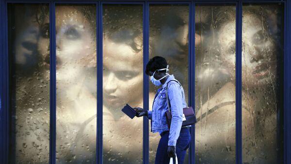 Une femme en masque de protection à Paris - Sputnik France