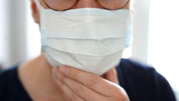 Un homme portant un masque de protection - Sputnik France