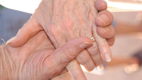 Mains d'un vieux couple (image d'illustration) - Sputnik France