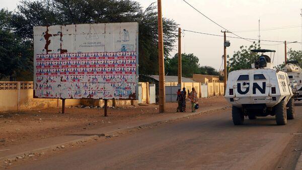Un véhicule de la Minusma passe devant un placard d'affiches électorales au Mali. - Sputnik France