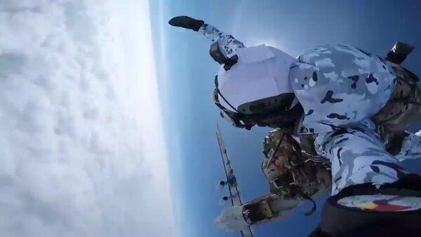 Des militaires russes sautent de 10.000 mètres d'altitude pour atterrir en Arctique   - Sputnik France
