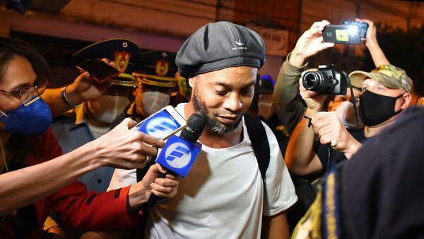 Ronaldinho arrive dans un hôtel d'Asuncion, au Paraguay - Sputnik France