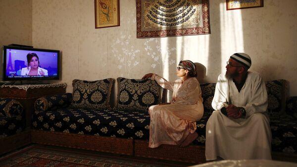 Un couple regarde une émission avant de rompre le jeûne du ramadan - Sputnik France