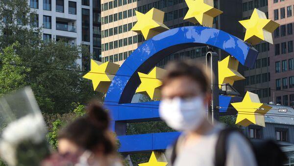 Passants en masques devant la Banque centrale européenne, Francfort (Allemagne), avril 2020 - Sputnik France
