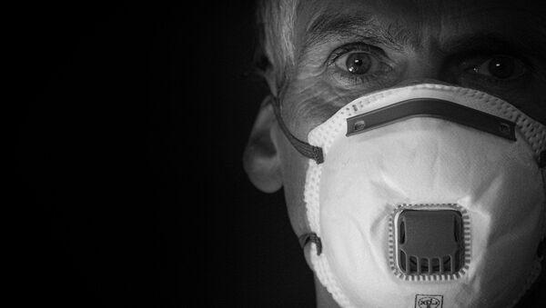 Une homme porte un masque de protection - Sputnik France