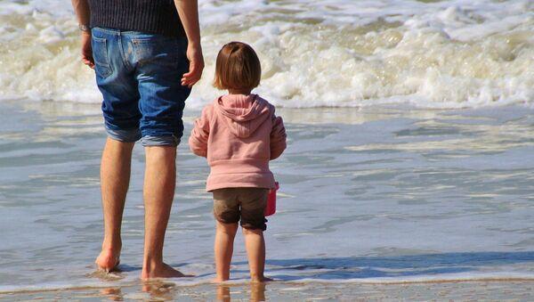 Un enfant sur une plage - Sputnik France