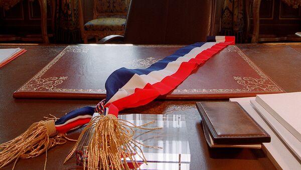 Une écharpe tricolore posée sur le bureau d'un maire, image d'illustration - Sputnik France