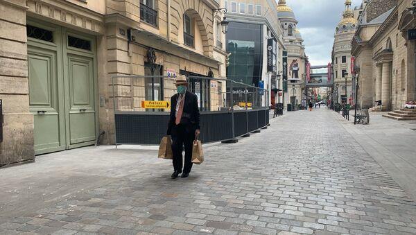 Un homme portant un masque à Paris - Sputnik France