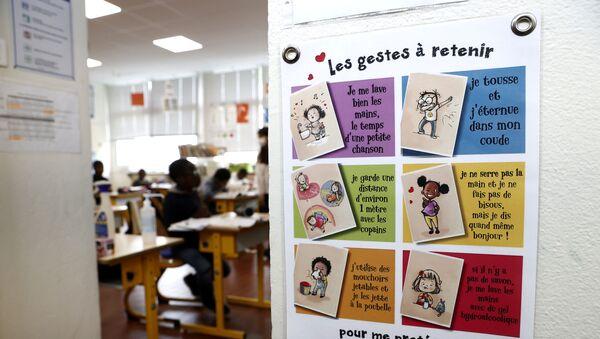 Mesure d'hygiène dans une école de Poissy, à l'occasion d'une visite d'Emmanuel Macron. - Sputnik France